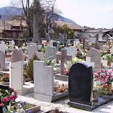 Viele Blumen auf dem Friedhof