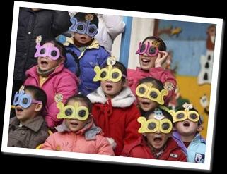 Crianças assistem ao eclipse solar em jardim de infância em Huaibei, na China. (Foto: Reuters)