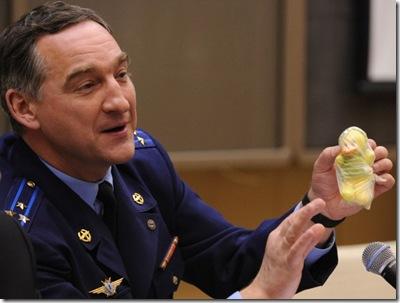 Skvortsov e o pato de brinquedo (Foto: Yuri Kadobnov/AFP)