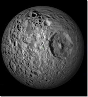 Mapa térmico de Mimas lembra o game Pac-Man (Foto: NASA / JPL / Goddard / SWRI / SSI)