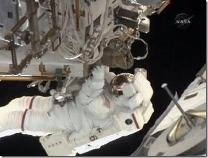 Mastracchio durante a terceira e última AEV da missão (Foto: NASA TV)