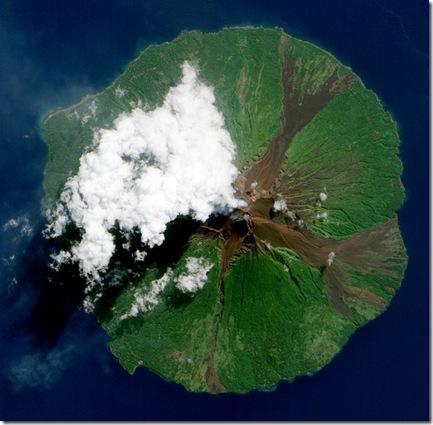 Vulcão Manam, fotografado pelo EO-1 em 16/06/2010 Foto: Michon Scott / Jesse Allen, EO-1 Nasa - CC atr v. 2.0 genérico)