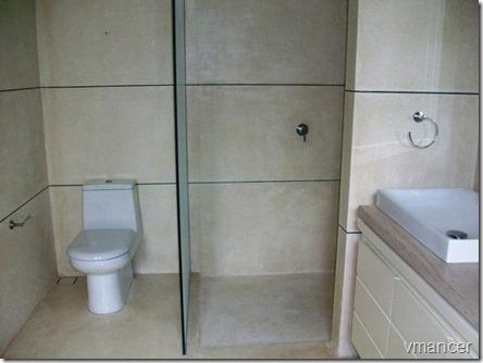 penggunaan teraso pada lantai dan pebble wash pada dinding kamar mandi