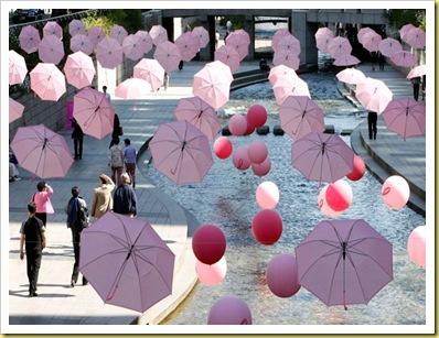 Sombrillas y globos rosas volaron por las calles de Seúl, Corea, como una de las promociones en el marco de la lucha contra el cáncer de mamas