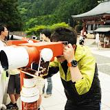 100円入れて望遠鏡をのぞくメンバー