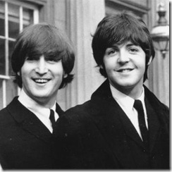 John_Lennon_Paul_McCartney_durante_ceremonia_Palacion_Buckingham_1965[1]