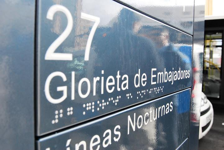 Las dársenas incluyen información sobre las líneas, con letras en relieve y en braille
