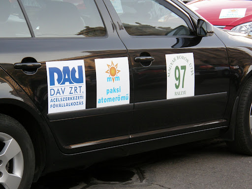 Magyar Borok Útja, Rally, rallye, autóverseny, MVM,   Magyar Villamos Művek, Paksi Atomerőmű, szponzor, tahóság, faszarcok Száz páros indul a XV. Magyar Borok Útja Rallyn, amelynek idén a balatoni, a szekszárdi és a villányi borvidéken át vezet az útja. Az autós túra már évek óta magyar borok és gasztronómia jó hírét terjeszti, miközben a versenyző politkusok, újságírók, cégvezetők, művészek játékos versenyen vetélkednek. Pénteken reggel a Parlament előtt rajtol majd a XV. Magyar Borok Útja Rally mezőnye. Amikor Ferjáncz Attila és Regőci Attila kitalálták a versenyt, még maguk sem gondolták, hogy tizenöt év múlva is elrajtol, a száz páros a Parlament elöl. Az autós bortúra immár nemcsak a magyar borok, hanem a magyar gasztronómia jó hírét is terjeszti. Idén több borvidéket is érint a 700 kilométeres rally, többek között balatoni, a szekszárdi és a villányi régióba vezet az út. A versenyen idén elindul többek között Medgyessy Péter és nevelt lánya, Tornóczky Anita, Hülvely István, a Hunguest vezérigazgatója, Gáspár Laci és Széles Iza a Megasztárból valamint Besenyei Péter. A háziasszony ezúttal Freire Szilvia lesz.  A borrally hagyományaihoz idén is rendez borárverést, borversenyt és tombolát, amelynek a bevételéből juttat a borsodi árvízkárosultaknak valamint az Egészség Hídja Összefogás Egyesületének. Az ünnepélyes díjkiosztó ünnepség ezúttal is a Gundel étteremben lesz.