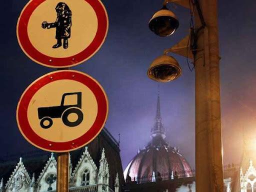 Budapest, Parlament, koldulni tilos tábla, traktorral behajtani tilos tábla,