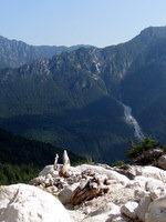 Nad slapom se odpre pogled na Karavanke