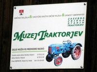 Tabla opozarja na muzej traktorjev
