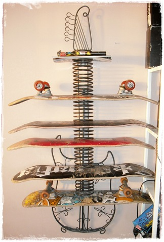 gitarhylle med skateboard