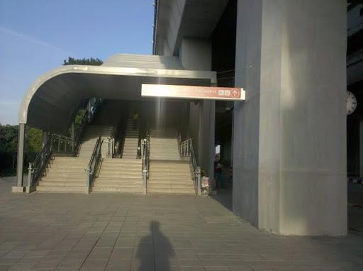 ทางขึ้นสถานีช่างกว้างใหญ่เหลือเกิน