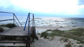 Jūrmala atklātās jūras pusē. Kāpas brucināt aizliegts, tāpēc jāiet pa taciņām un kāpnēm.