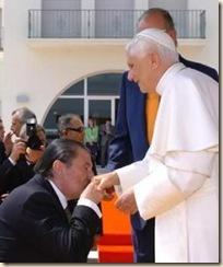 Francisco Vázquez besa el anillo del Papa