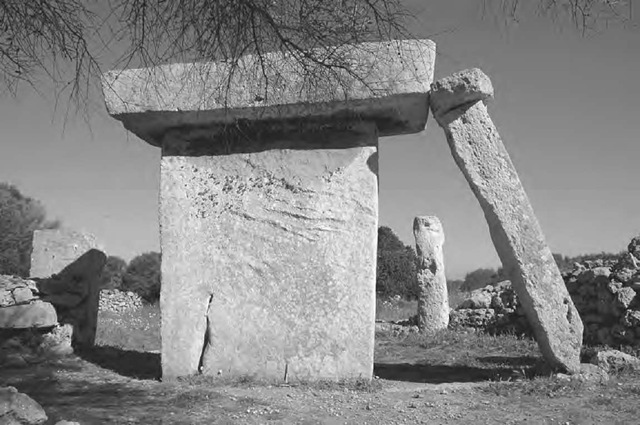 The taula at Talati de Dalt, Menorca, viewed from the entrance of its enclosure. Leaning against it is a pillar, with a small capstone of its own, which incredibly became wedged when it fell from the vertical.