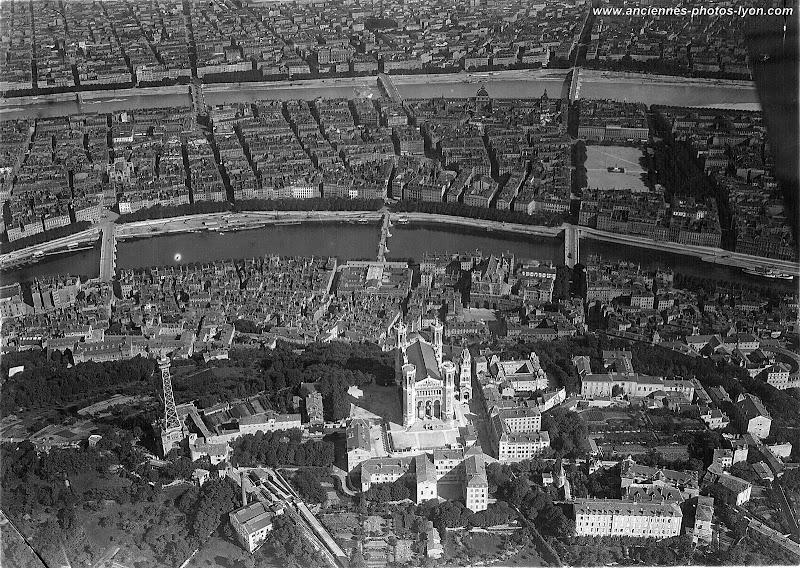 La Basilique de Fourvière vue d'avion en 1921.