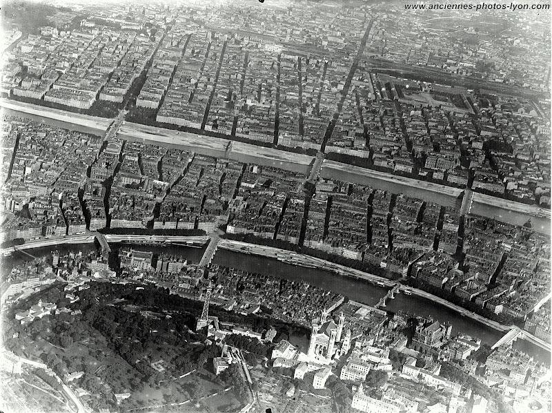 Vue d'ensemble du centre ville de Lyon, la presqu'île et la rive gauche du Rhône.