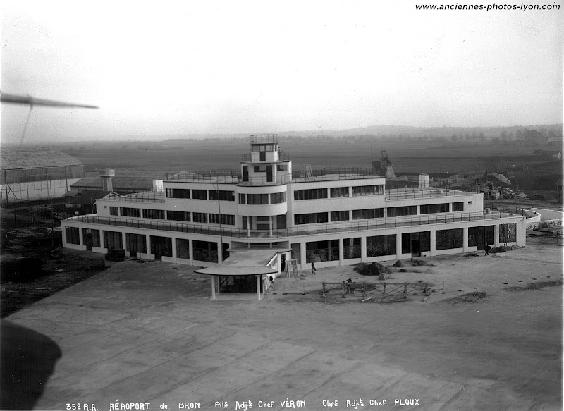 Vue aérienne de l'aéroport de Lyon Bron en construction en 1930