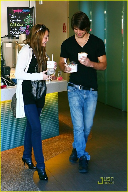 miley-cyrus-justin-gaston-froyo-06