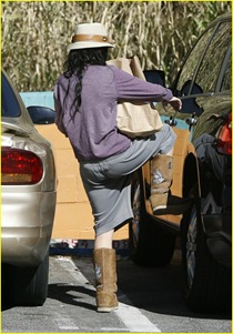 vanessa-hudgens-hide-hat-17