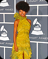 Esperanza Spalding no tapete vermelho do Grammy Awards 2011