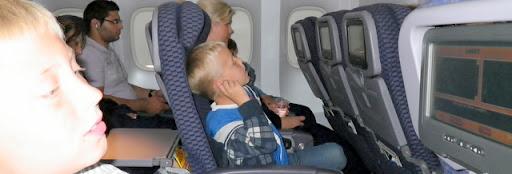 På flyet