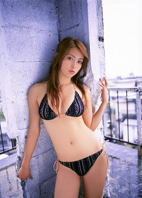 Sexy_Pose_of_Taiwan_Girl_in_Bikini_Photo_Session
