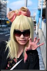 Lady-Gaga-Japanese-Fans-2010-04-17-039-P7205-600x903