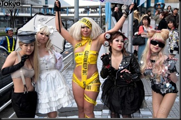 Lady-Gaga-Japanese-Fans-2010-04-18-048-P7407-600x398