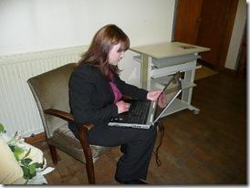 Ольга выбирает клип на компьютере
