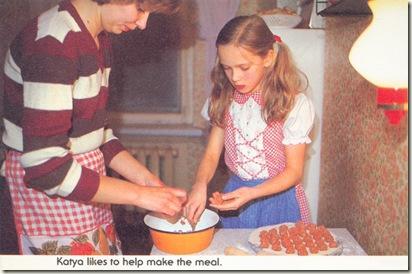 Катя помогает маме лепить пельмени