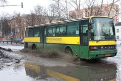 Автобус и лужа