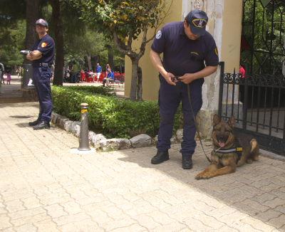 Sizilien - Polizeihund im Giardino Inglese in Palermo