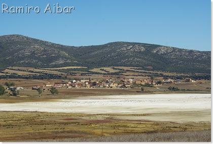 10 la laguna y el pueblo de Gallocanta