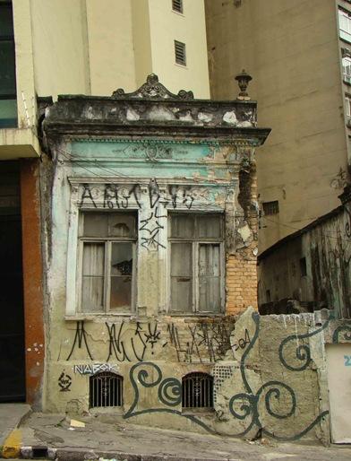 Imóvel construído em 1905, abandonado na rua Asdrúbal do Nascimento