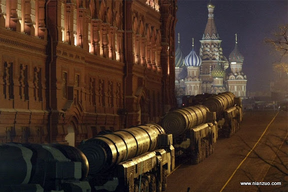 俄罗斯5月9日大阅兵 巨型的导弹进入红场,是不是很奇怪。