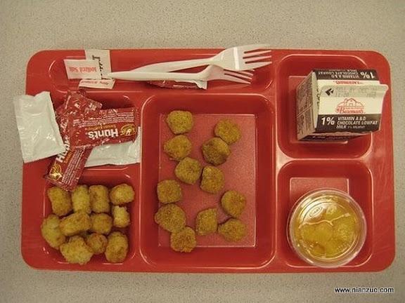 世界各国的校餐 美国:Tater tot、鸡块、水果、巧克力奶和番茄酱