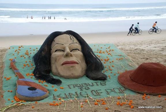 关于杰克逊 Sand sculptures of Michael Jackson, a guitar and his fedora hat, made by Sudarshan Pattnaik are seen at the golden sea beach for the fans to pay floral tribute to the