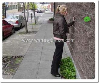 wanita-kencing-menghadap-tembok