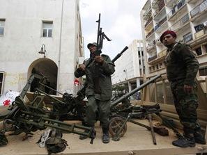 105763_warga-libya-mengambil-senjata-milik-militer-