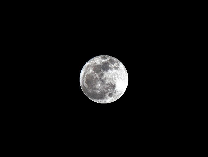 IMAGE: http://lh6.ggpht.com/_PKE__qzsdXY/TTlPKelLNtI/AAAAAAAAWKs/XShFvnTaRHI/s800/Moon%20Jan%2019%2C%202011.JPG