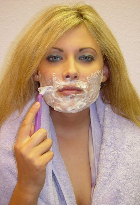 Woman shaving her face in icypeppersochilly.blogspot.com