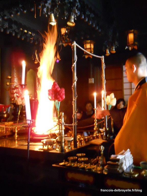 Cérémonie du feu au monastère Ekô-in