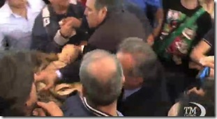 aggredita donna Napoli comizio Berlusconi