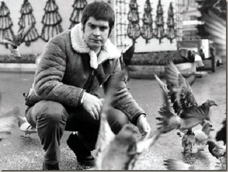 Ozzy-Osbourne-feeding-the-pigeons-in-Glasgows-George-Square-1982