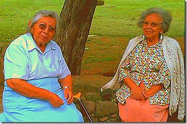 Copia de Mi tía Area (izq) y mi mamá (der) en el atrio de la Parroquia de Tepoztlán Morelos2