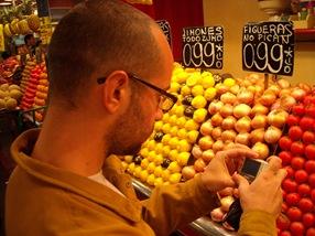 fotografiando tomates en la Boquería, Barcelona