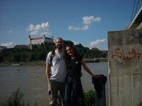 Castillo de Bratislava desde el otro lado de Danubio
