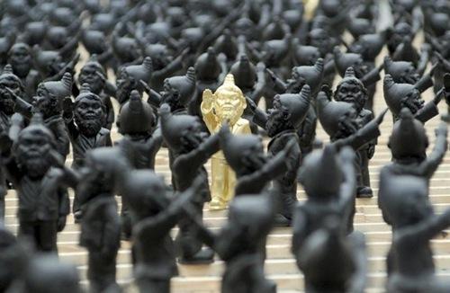 alemania-arte-instalacion-1250-gnomos-haciendo-el-saludo-hitleriano-00$598x0